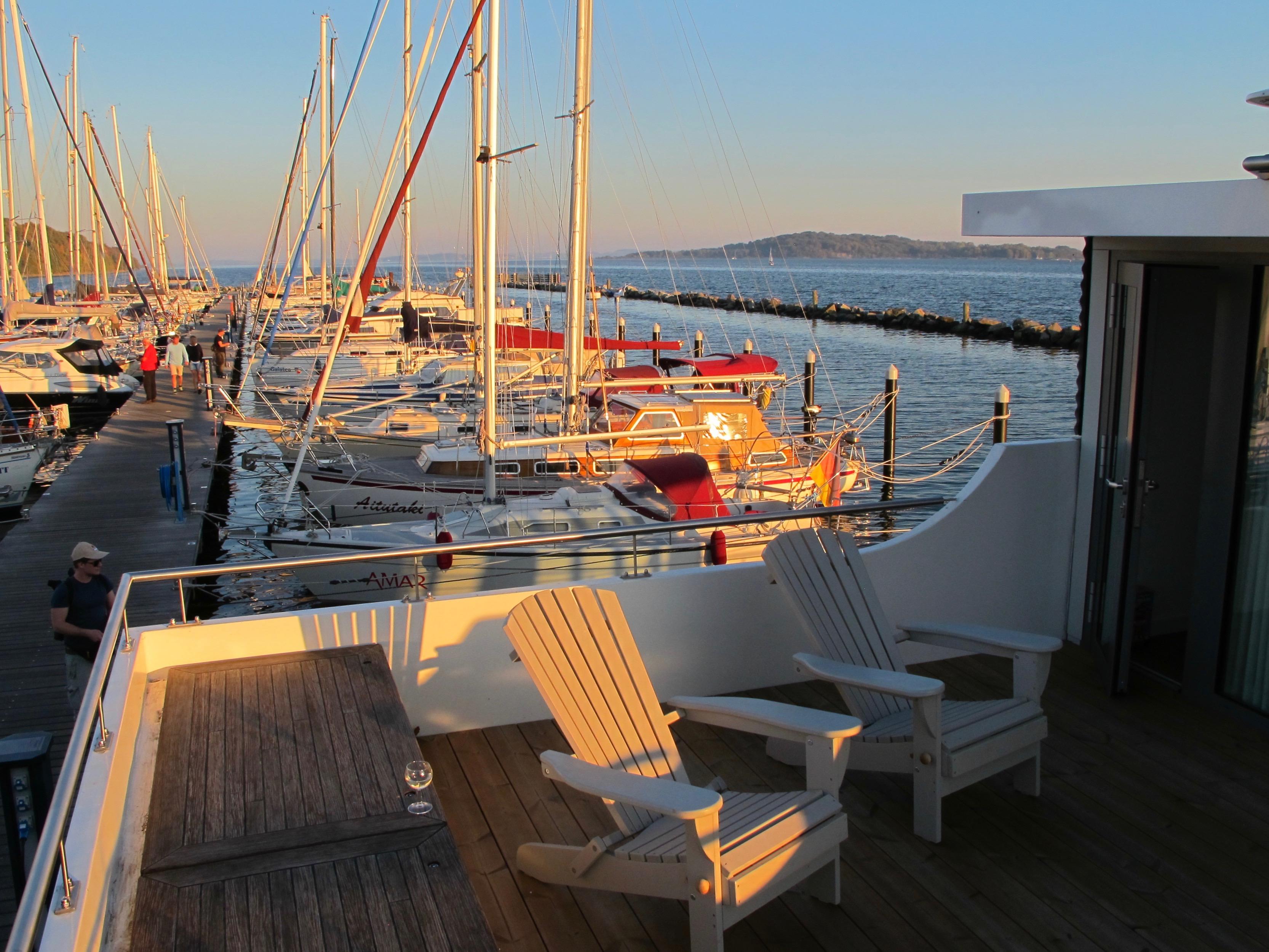 Wenn du ein Hausboot kaufst, benötigst du auch einen Liegeplatz