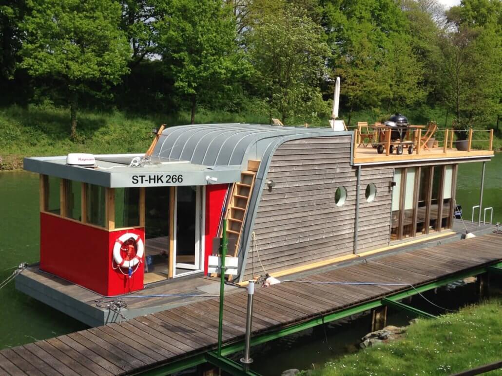 Hausboot-unaone-am-Anleger-1030×773